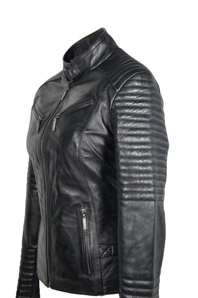 Dit korte leren jack is een tijdloos icoon en hoort thuis in de garderobe van iedere stijlvolle man. Details zijn de schouderdetails, motorkraag, zakken met ritssluitingen en verstelbaretaille. De binnenzijde van het jack is voorzien van een bikerprint.