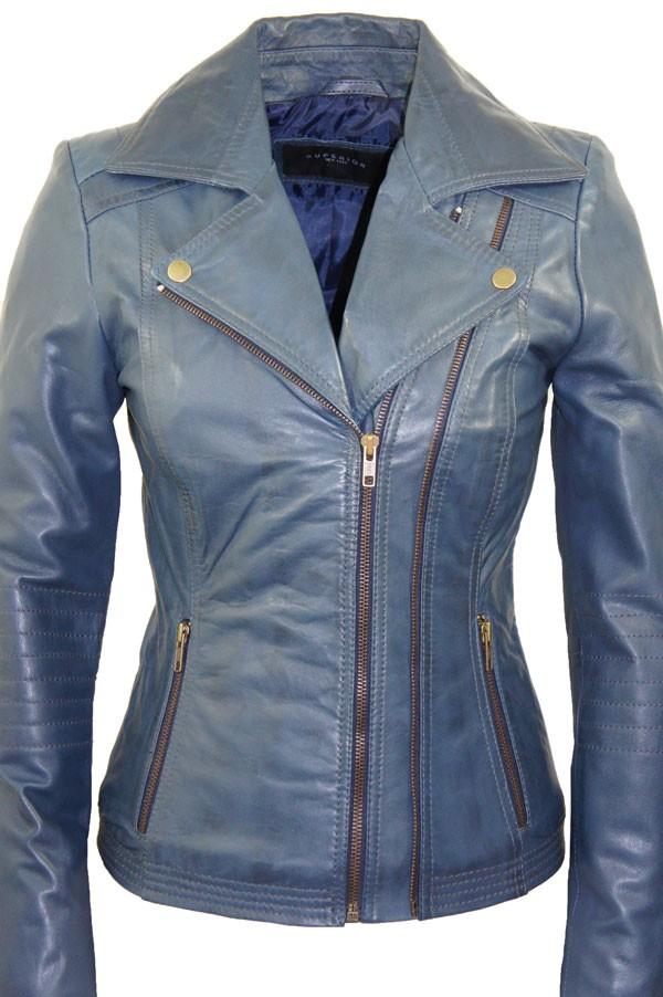 Beroemde jassen en blazers voor dames. We noemden hem al even; de trenchcoat. Het is een van de klassiekers waarmee je je fashiongarderobe een serieuze stijlboost geeft, net als de double-breasted jas, het dames spijkerjack, het dames (leren) bikerjack, het .