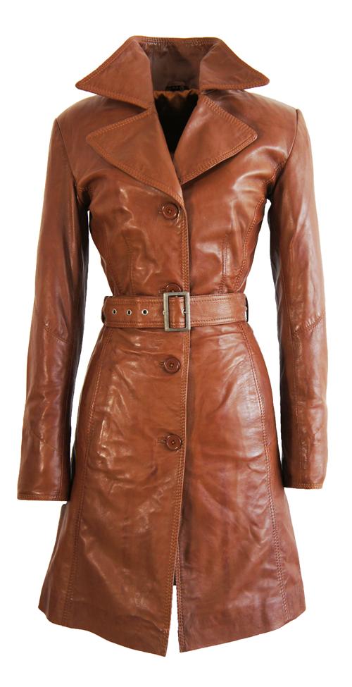 Meestal is het een lange jas, bijvoorbeeld tot halverwege de kuit, maar het kan ook een jas zijn boven de knie of een combi van een vest en jas, ook wel cardi-coat genoemd. Je herkent de lange jas vaak aan de vrouwelijke pasvorm en de simpele belijning.